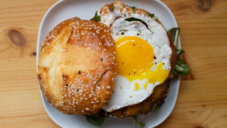 Burger Isi Ayam dan Telur